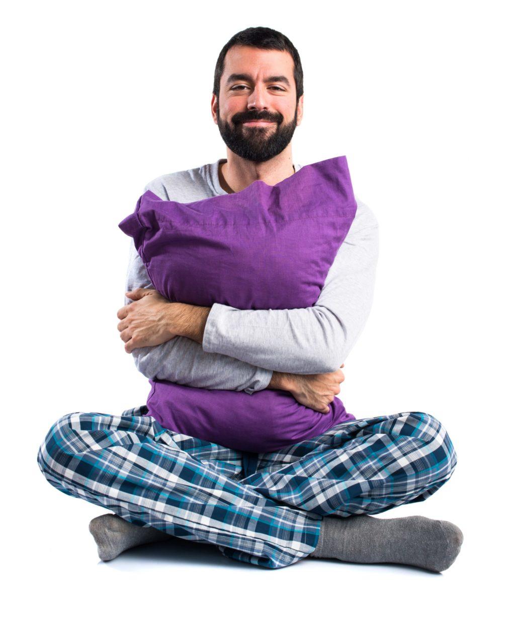 homme heureux en pyjama qui a bien dormi