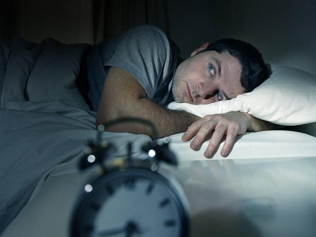 homme réveillé pendant la nuit souffrant d'insomnie